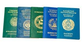 Различные чужие пасспорты на белой предпосылке стоковые изображения