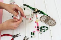 Различные шарики и инструменты для делать ювелирные изделия Стоковые Фотографии RF
