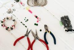 Различные шарики и инструменты для делать ювелирные изделия Стоковое Фото