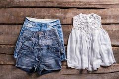 Различные шорты и верхняя часть джинсовой ткани Стоковое Изображение