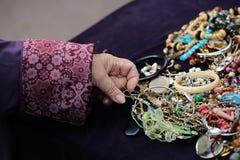 Различные bijouterie и рука Стоковые Фото