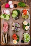 Различные bruschettas на деревянной предпосылке Стоковая Фотография RF