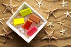 Различные lollies льда в thermobox на пляже Стоковые Фотографии RF