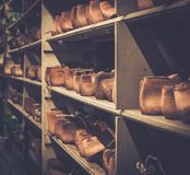 Различный винтажного деревянного ботинка продолжает в ряд на полках Стоковое Изображение RF