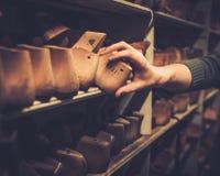 Различный винтажного деревянного ботинка продолжает в ряд на полках Стоковые Фото