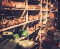 Различный винтажного деревянного ботинка продолжает в ряд на полках Стоковая Фотография