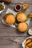 Различный гамбургер 3 на деревянном столе Стоковая Фотография