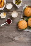 Различный гамбургер с соусами, фраями, соленьями и светлым пивом Стоковая Фотография RF