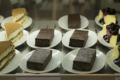 Различный дисплей торта на белой плите Стоковая Фотография RF
