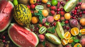 Различный красочный выбор тропического плодоовощ на предпосылке rustiv деревянной Стоковая Фотография