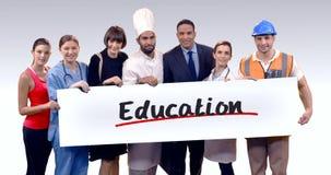 Различный профессиональный держа плакат текста образования акции видеоматериалы