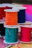 Различный цвет канатов из неоцинкованной проволоки на катушках для различных применений, селективный фокус Стоковое Изображение