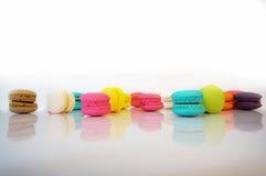 Различный цвет специальных мини macaroons на белой предпосылке Стоковые Изображения