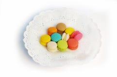 Различный цвет специальных мини macaroons на плите белой бумаги Стоковое Изображение