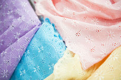 Различный цвет ткани и тканей в магазине для продажи Стоковые Изображения RF