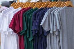 Различный цвет T-shrit на шкафе Стоковое фото RF