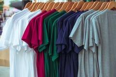 Различный цвет T-shrit на шкафе Стоковые Фото