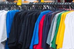 Различный цвет T-shrit на шкафе Стоковое Изображение RF