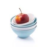 Различный чистый изолированные шар и красное яблоко, стоковое фото