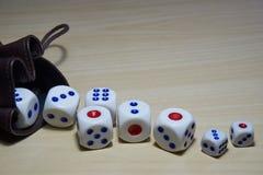 Различный dices класть на деревянный стол Стоковые Фотографии RF