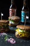 3 различных вкусных больших бургера на темной каменной предпосылке Стоковое Фото