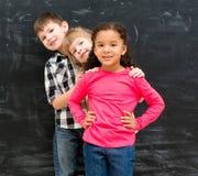 3 различных дет стоят по-одному peeking вне от заднего одина другого Стоковые Фотографии RF