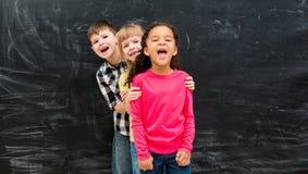 3 различных дет стоят по-одному peeking вне от заднего одина другого Стоковое Изображение RF