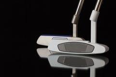 2 различных короткой клюшки гольфа на черном стеклянном столе Стоковая Фотография RF
