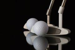2 различных короткой клюшки гольфа на черном стеклянном столе Стоковые Изображения RF