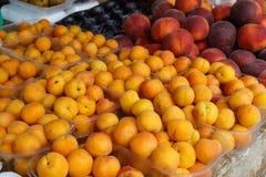 2 различных персика печатают внутри рынок Стоковое Изображение