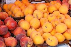 2 различных персика печатают внутри рынок Стоковое Фото