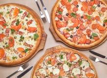 3 различных пиццы на таблице Стоковая Фотография RF