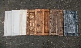 9 различных покрашенных дверей лежа близко к одину другого Стоковое Фото
