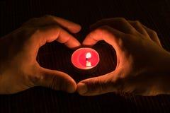 2 различных руки покрывая свечу Стоковое Изображение RF