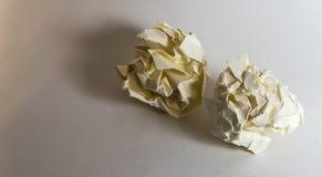 2 различных скомканных бумажных шарика Стоковое Изображение