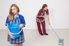 2 различных уборщика состязаются плохой штат мытье Стоковое Изображение RF