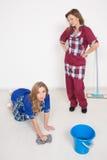 2 различных уборщика состязаются плохой штат мытье Стоковая Фотография