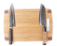 2 различных японских ножа на разделочной доске Стоковая Фотография