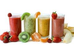 4 различных smoothies ягоды, банана с tangerine, кивиом, клубниками стоковое фото