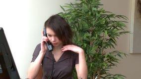 Раздражайте женщину говоря на телефоне сток-видео