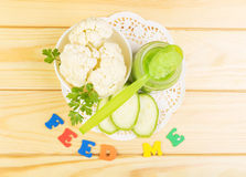Раздражайте пюре младенца vegetable цветной капусты и цукини на кухне Стоковое Фото