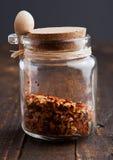 Раздражайте с специями и малой ложкой на деревянной доске Стоковые Фото