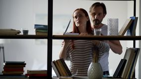 Раздражанная женщина имея ссору с ее супругом акции видеоматериалы