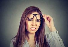 Раздражанная пессимистическая женщина при плохая ориентация смотря вас Стоковая Фотография