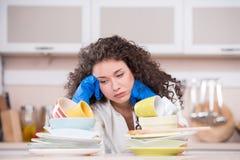 Раздражанные блюда засыхания домохозяйки в kithen стоковое изображение rf