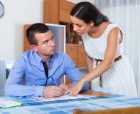 Раздражанные супруги имея серьезный переговор Стоковая Фотография RF