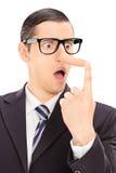 Раздражанный бизнесмен смотря его длинный нос Стоковые Фотографии RF