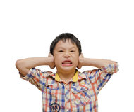 Раздражанный мальчик покрывая его уши стоковая фотография rf