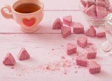 Раздробленный розовый сахар в форме сердца Стоковые Изображения
