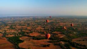 Раздувающ в рассвете над Bagan, Мьянма стоковая фотография